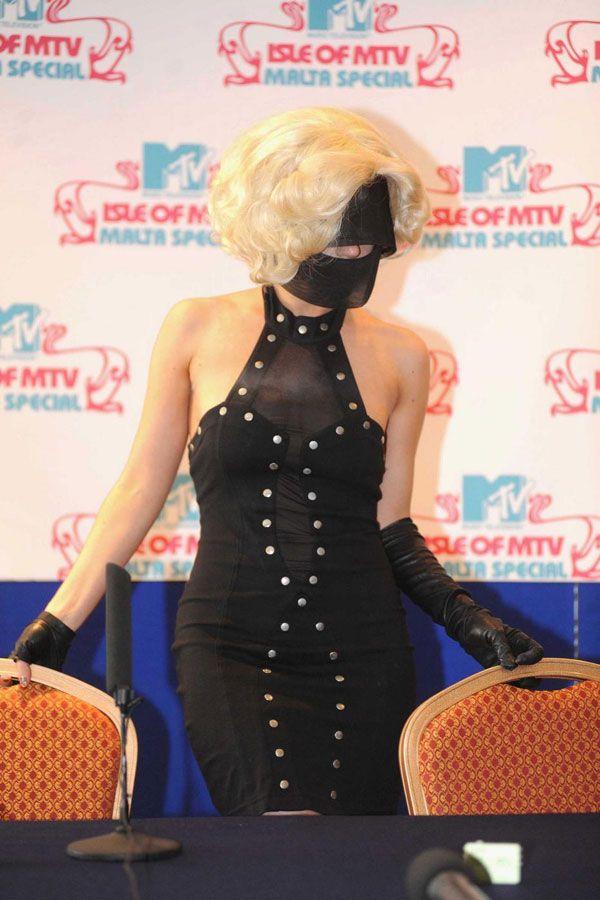 Lady Gaga is weird (4 pics)