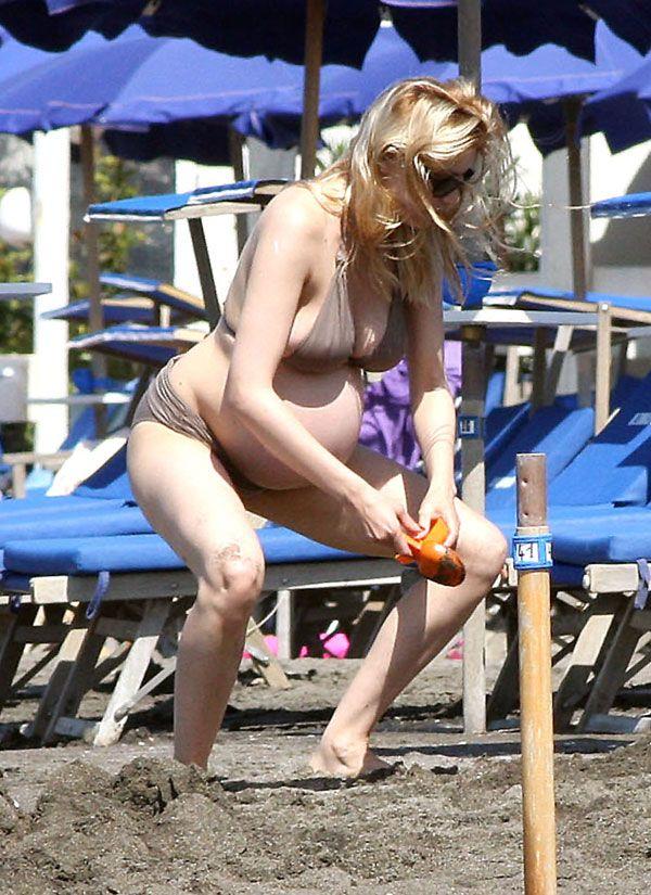 Pregnant Laetitia Casta in bikini (8 pics)