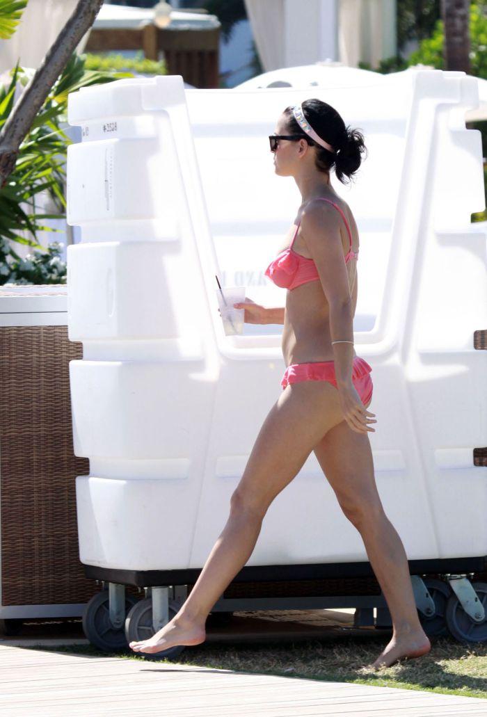 Katy Perry bikini pictures (9 pics)