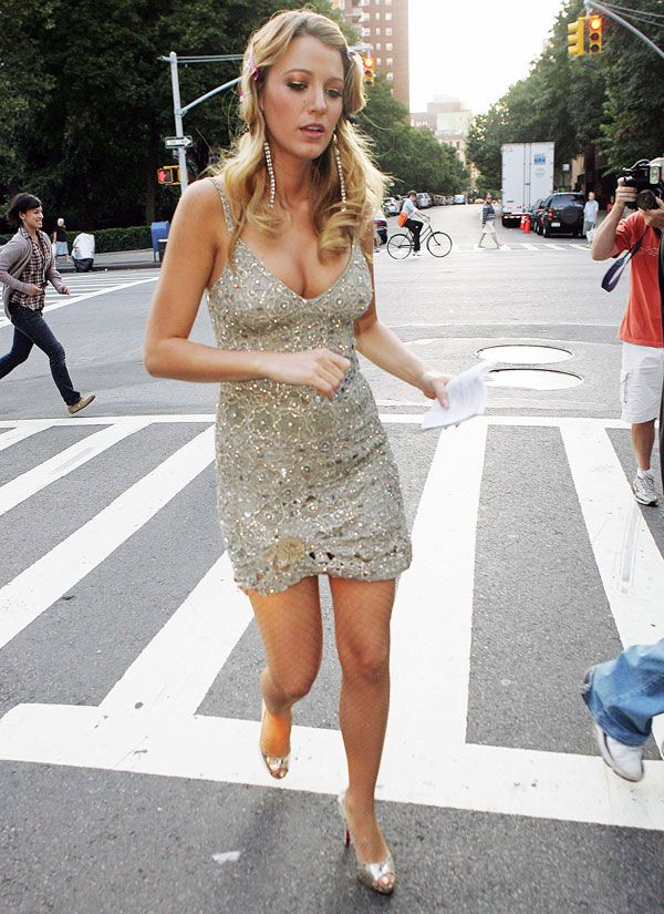 Blake Lively looks sexy on the set of Gossip Girl (13 pics)