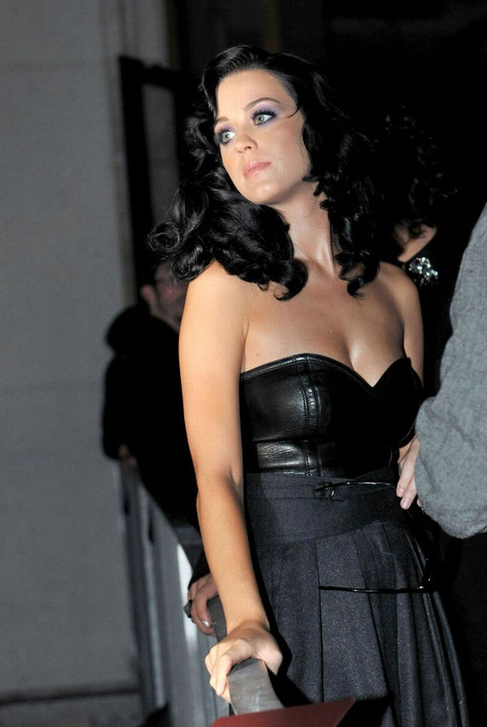 Katy Perry Cleavage (4 pics)