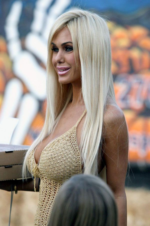 Shauna Sand Shows Some Cleavage (5 pics)