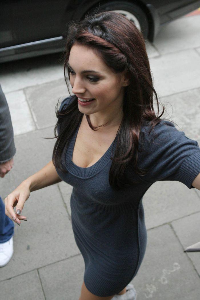 Kelly Brook Looks Hot (5 pics)