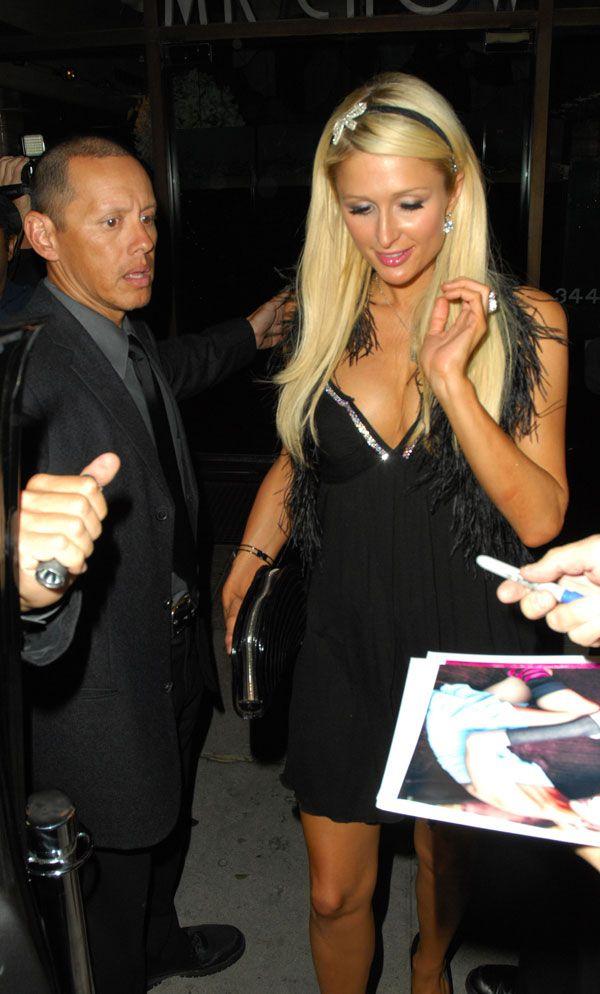 Paris Hilton Got Cleavage (3 pics)