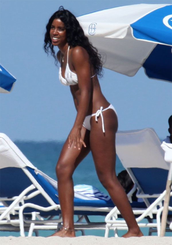 Kelly Rowland in Bikini (6 pics)
