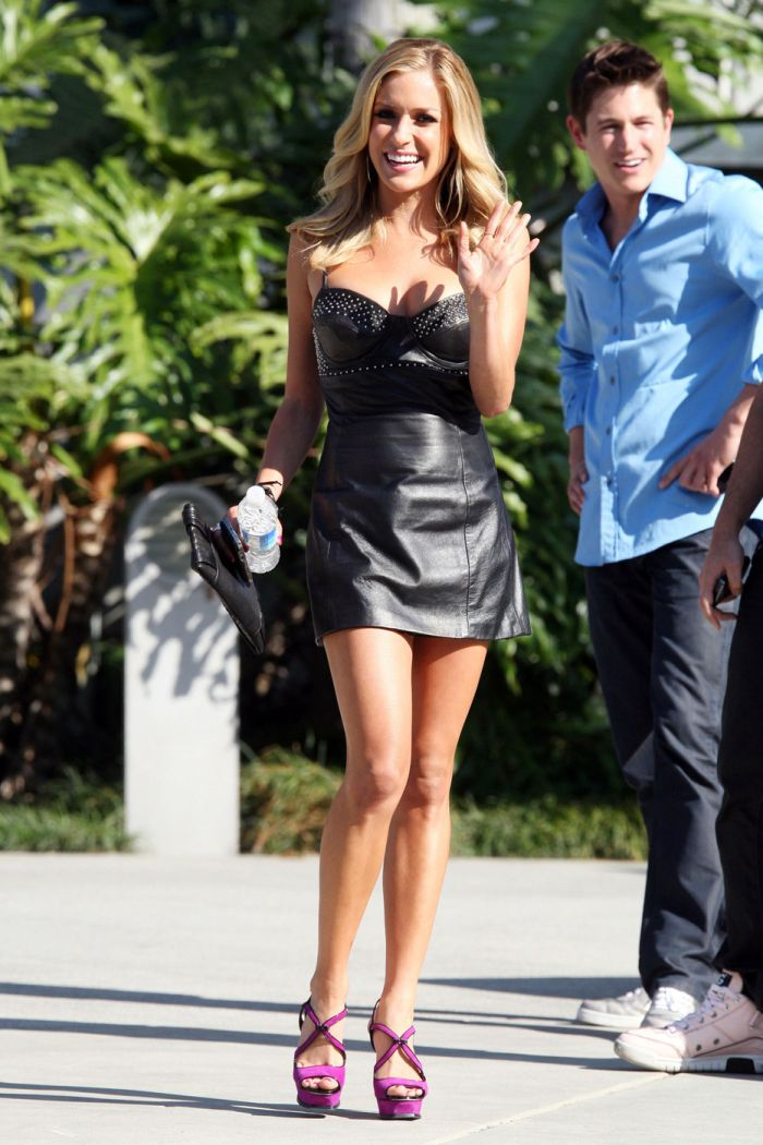 Kristin Cavallari Looks Cute in This Black Dress (6 pics)