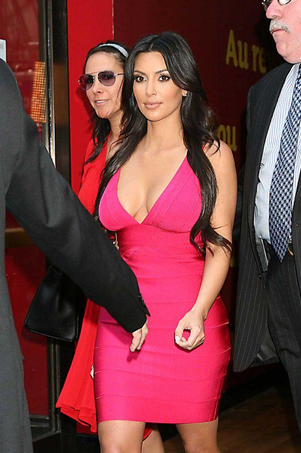 Kim Kardashian and a Wax Figure of Her (6 pics)
