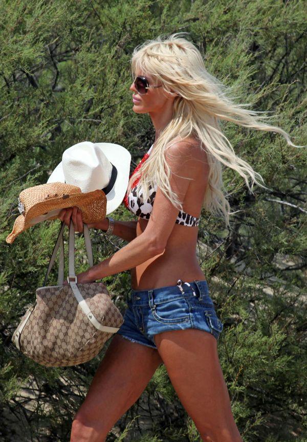 Victoria Silvstedt in Bikini (6 pics)
