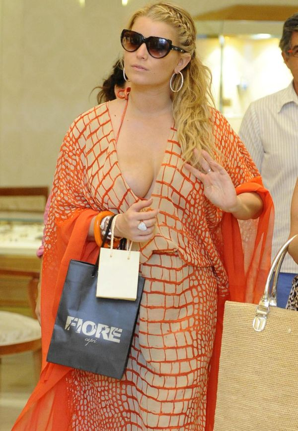 Jessica Simpson Got Cleavage (5 pics)