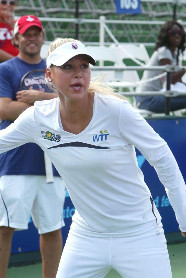 Anna Kournikova Still Looks Hot (6 pics)