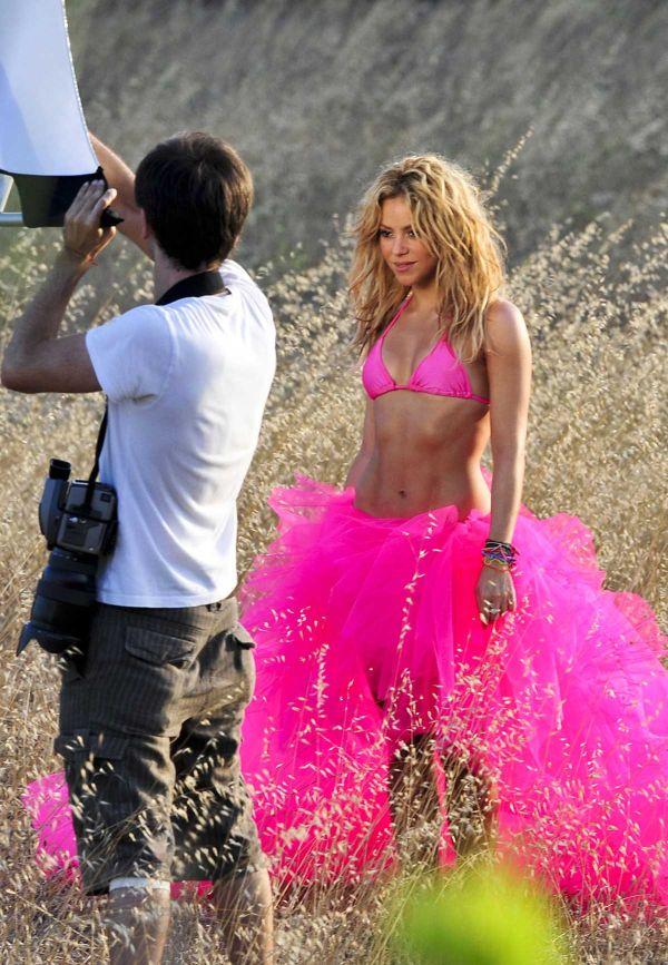 Shakira in Pink Bikini (7 pics)