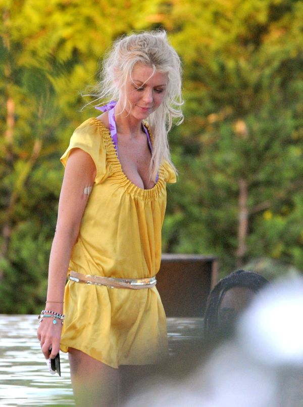 Ugly Ass of Tara Reid (4 pics)