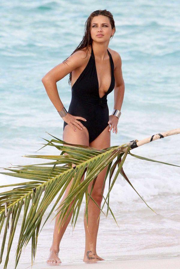 Adriana Lima in Swimsuit (5 pics)