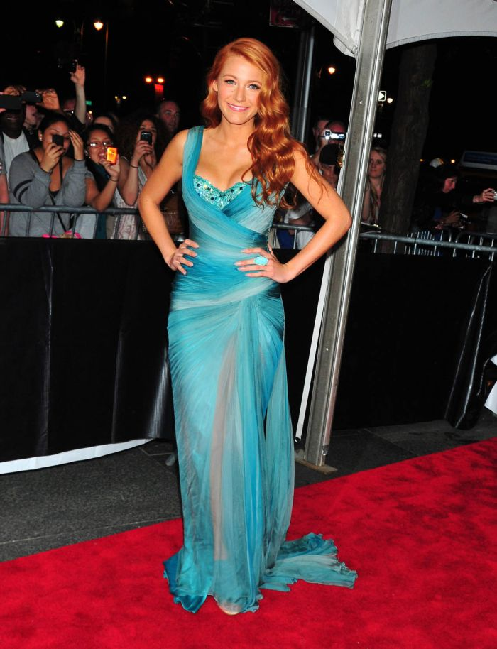 Blake Lively Cleavage (9 pics)