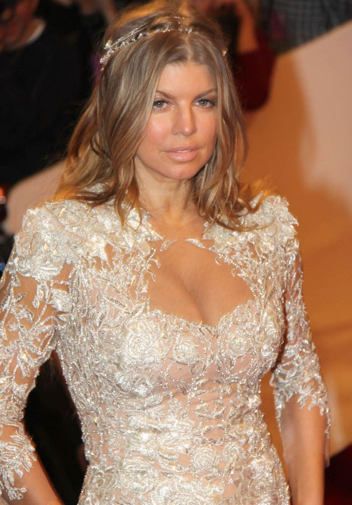 Fergie in White Dress (9 pics)
