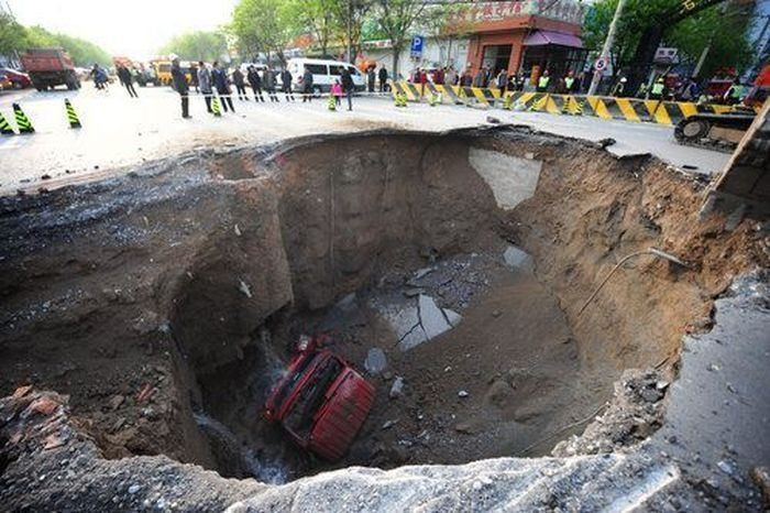 Road Collapse in China (6 pics)