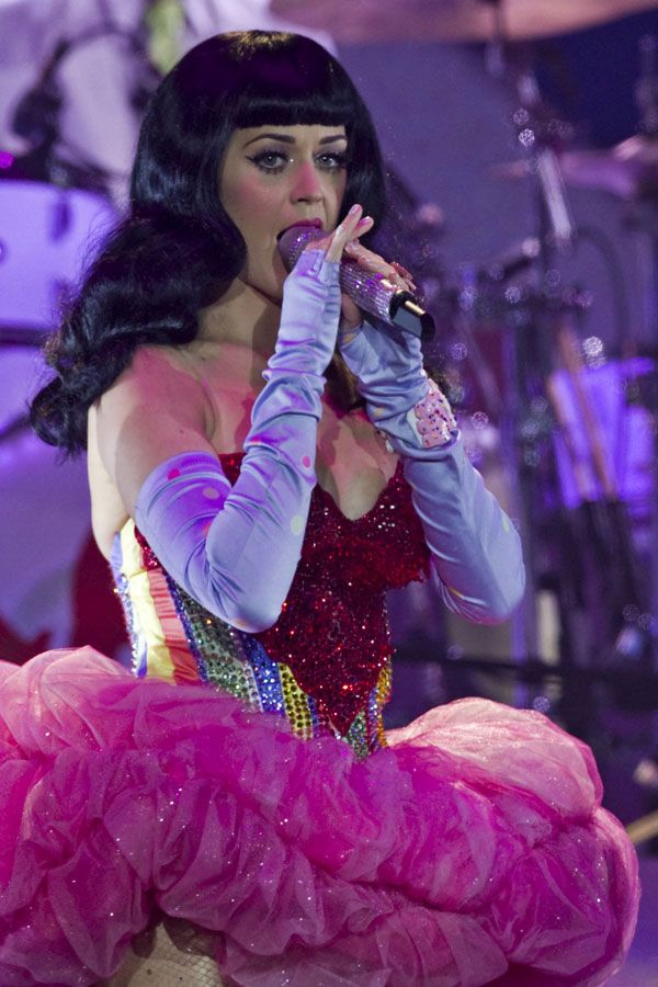 Katy Perry Wearing Sexy Dress (11 pics)