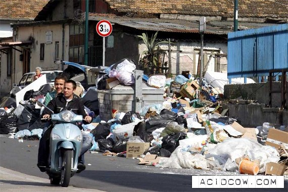 Garbage in Naples (6 photos)