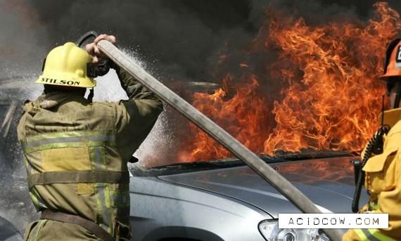 Fire in auto show in Los Angeles (20 pics)