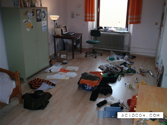 Rooms of guys and girls (27 pics)