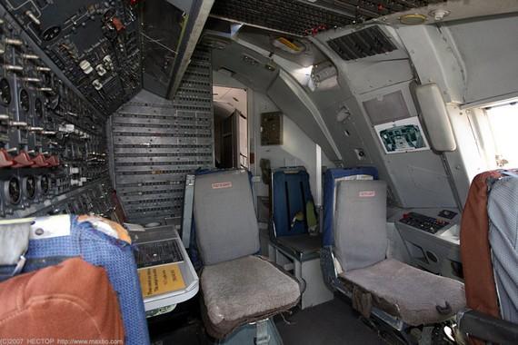 Boing 747-200 cockpit (9 pics)
