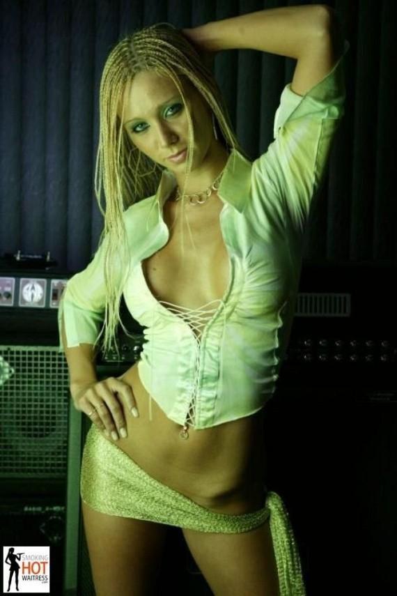 Smoking Hot Waitress (69 pics)
