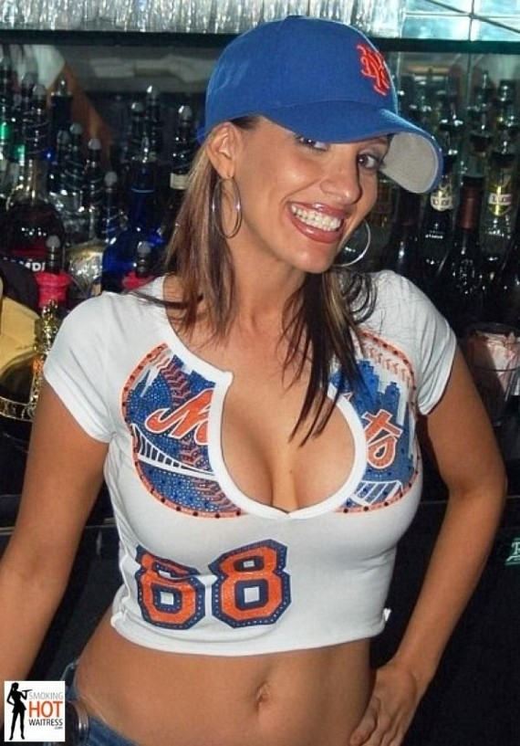 Smoking Hot Waitress (69 pics)