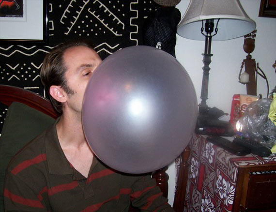 The Largest Bubble Gum Bubble in the World (4 pics)