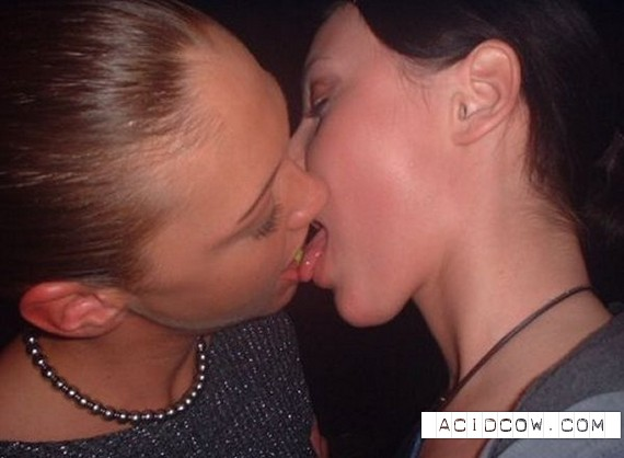 Kissing Girls (32 pics)
