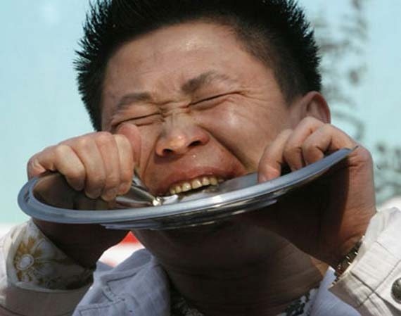 Man Fetches a Bowl With His Teeth (3 pics)