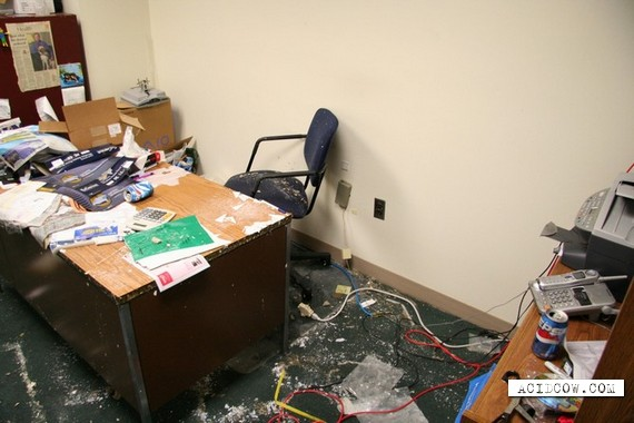 Very dirty office (15 pics)