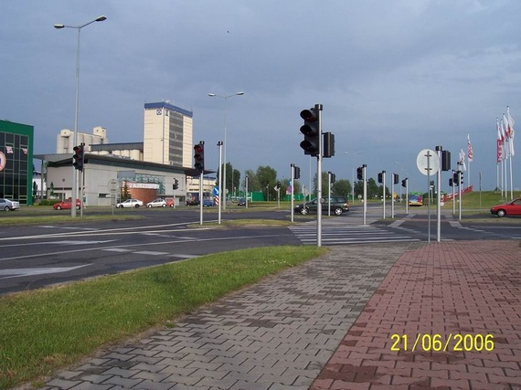 One crossroads - 16 traffic lights (3 pics)