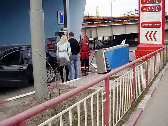 Blond vs Gas Station (4 pics)