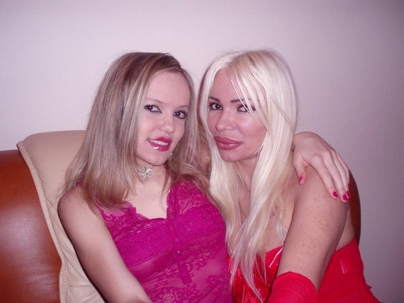Two Silicone Lips Sisters (13 pics)