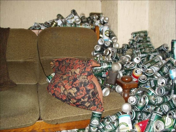 Probably the Dirtiest Apartment in the World (13 pics)