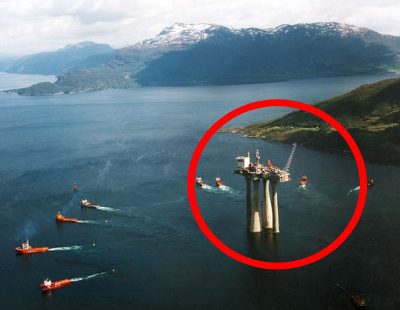The greatest oil platform in the world (3 pics)