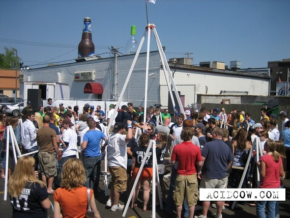 How 100 people can enjoy beer at the same time (14 pics)