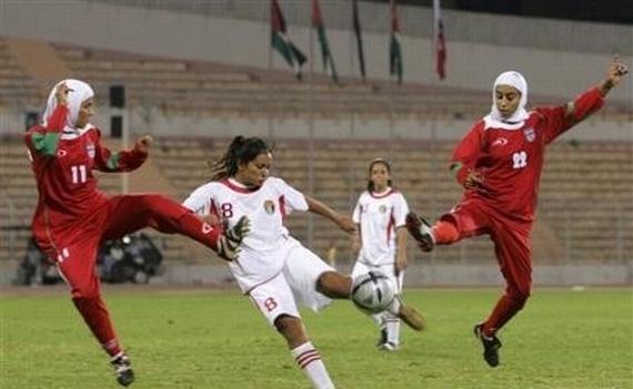 ФИФА официально разрешила играть в футбол в хиджабах и тюрбанах