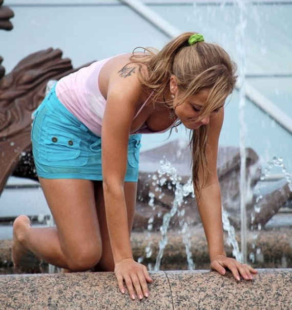 Girls In Fountain (59 pics)