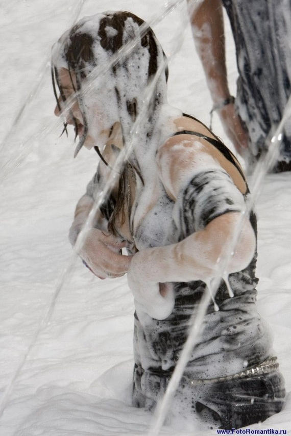 Girls In Fountain (59 pics)