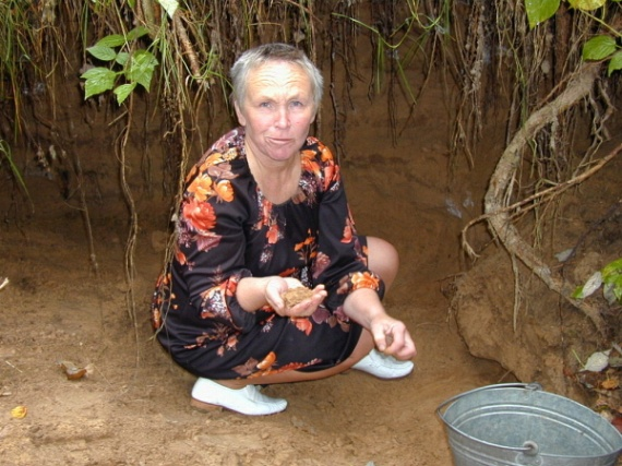 Woman Who Eats Sand (6 pics)