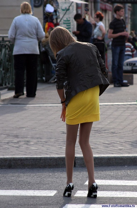 What's wrong with her shoes? (6 pics)