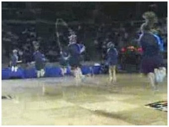 Girls performing an awesome intricate and synchronised jump rope routine! (19.7 Mb)