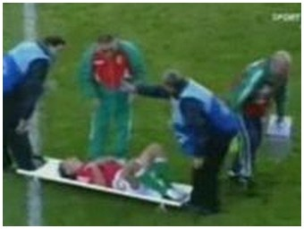 Paramedic falls on the head of the injured player… (0.9 Mb)