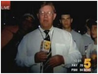 Reporter swallowed by college baseball fans. That's not an easy job… (3.0 Mb)