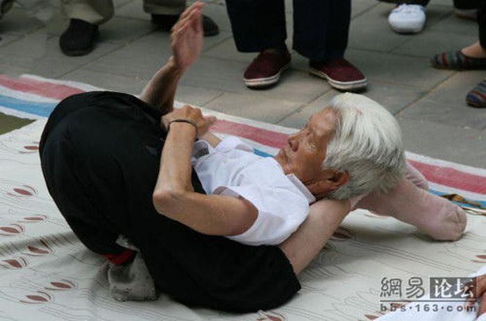 Yoga Grandma (10 pics)
