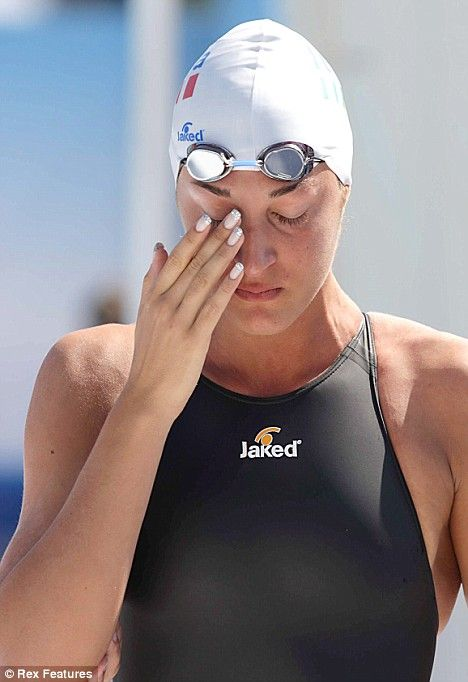 Top Italian swimmer is disqualified because of wardrobe malfunction (5 pics)