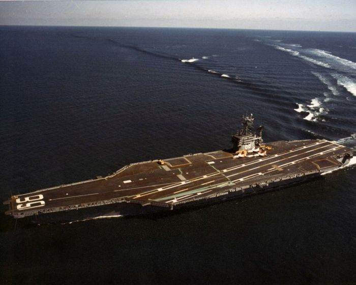 Turning an aircraft carrier (8 pics)