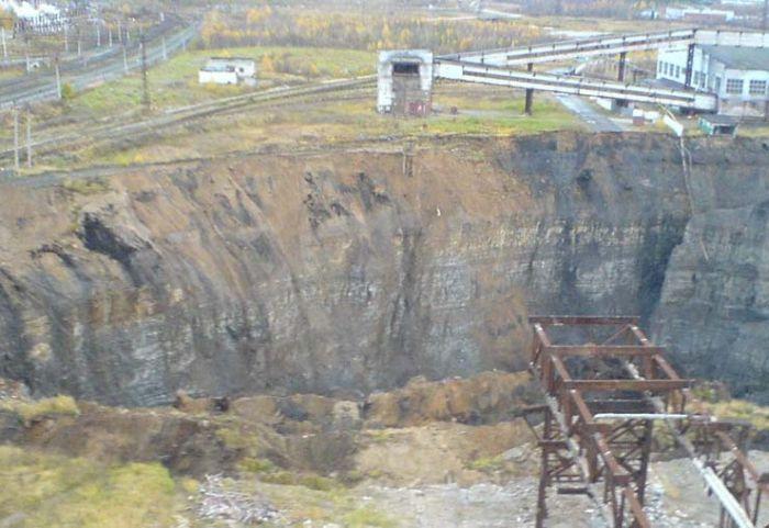 A large sinkhole (6 pics)