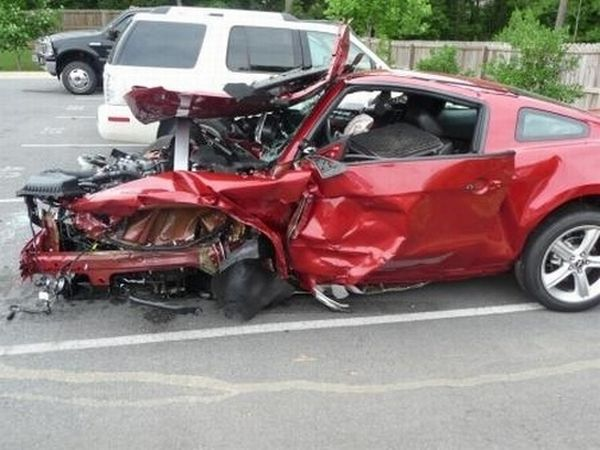 Mustang GT completely destroyed (5 pics)